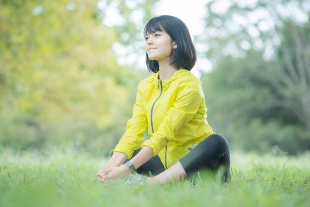 ウパヴィシュタ・コナーサナ(開脚前屈)のやり方と効果 | ヨガの座位とねじりのポーズ
