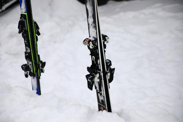 カービングスキーとストレートなスキーの違い