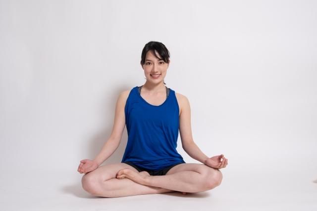 パドマーサナ(蓮華座)のやり方と効果 | ヨガの座位とねじりのポーズ