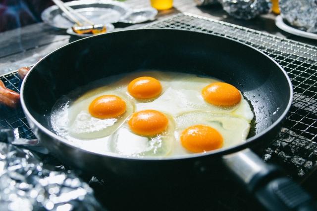 フライパン一つでできるおすすめ料理 | キャンプ場の基礎知識