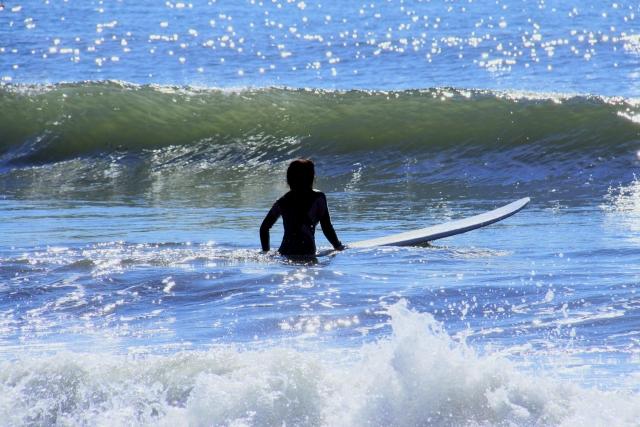 ショートボードのドルフィンスルーのやり方とコツ|趣味のサーフィン