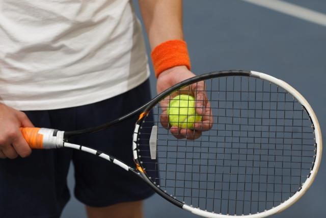 片手持ちバックハンドでの強いトップスピンのかけ方   趣味のテニス