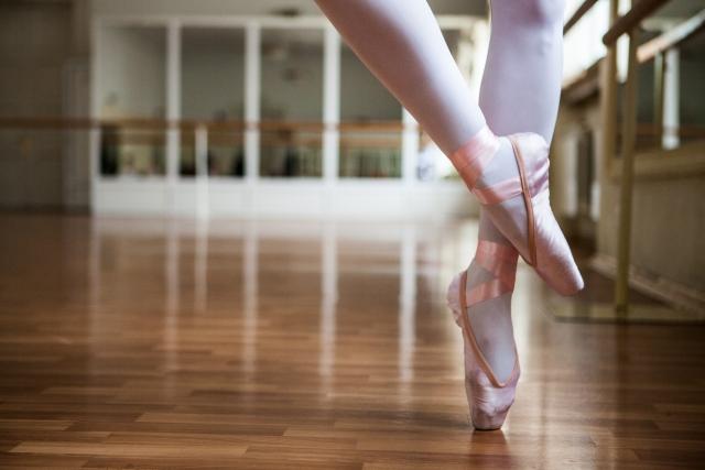 スュル・ル・ク・ドゥ・ピエのやり方 | バレエの基本のバー・レッスン