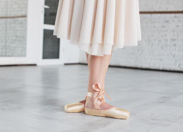 ドゥミ・プリエのやり方 | バレエの基本のバー・レッスン