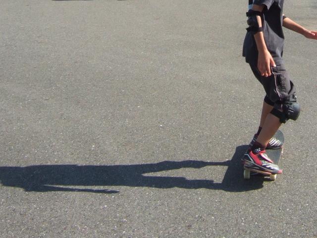 デッキに立ってみよう|スケートボードの乗り方