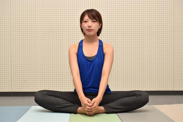 バッダ・コナーサナ(合せきのポーズ)のやり方と効果   ヨガの座位とねじりのポーズ