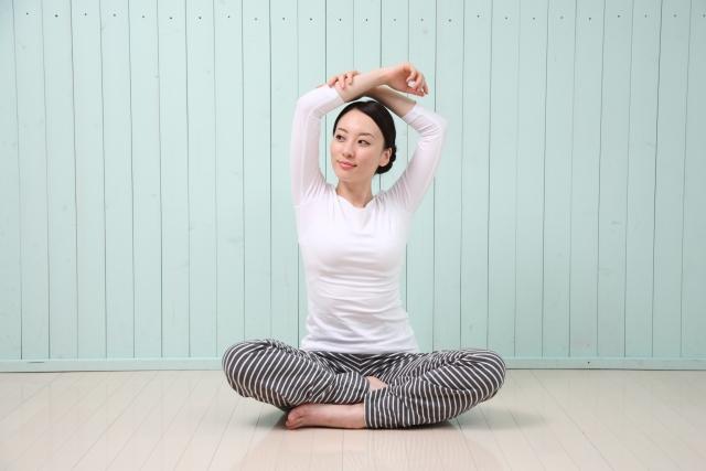 ウッティタ・パールシュヴァコナーサナ (体の脇を伸ばすポーズ)のやり方と効果 | ヨガの立位のポーズ