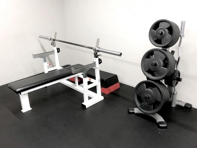 ベンチプレスの使用重量を上げる補助種目 | ジムでの筋トレ