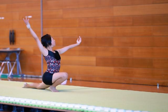 コサックのやり方   新体操が上達する方法